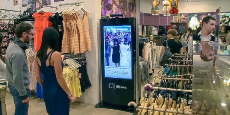 Kijk of kleding je staat in deze virtuele paskamer.