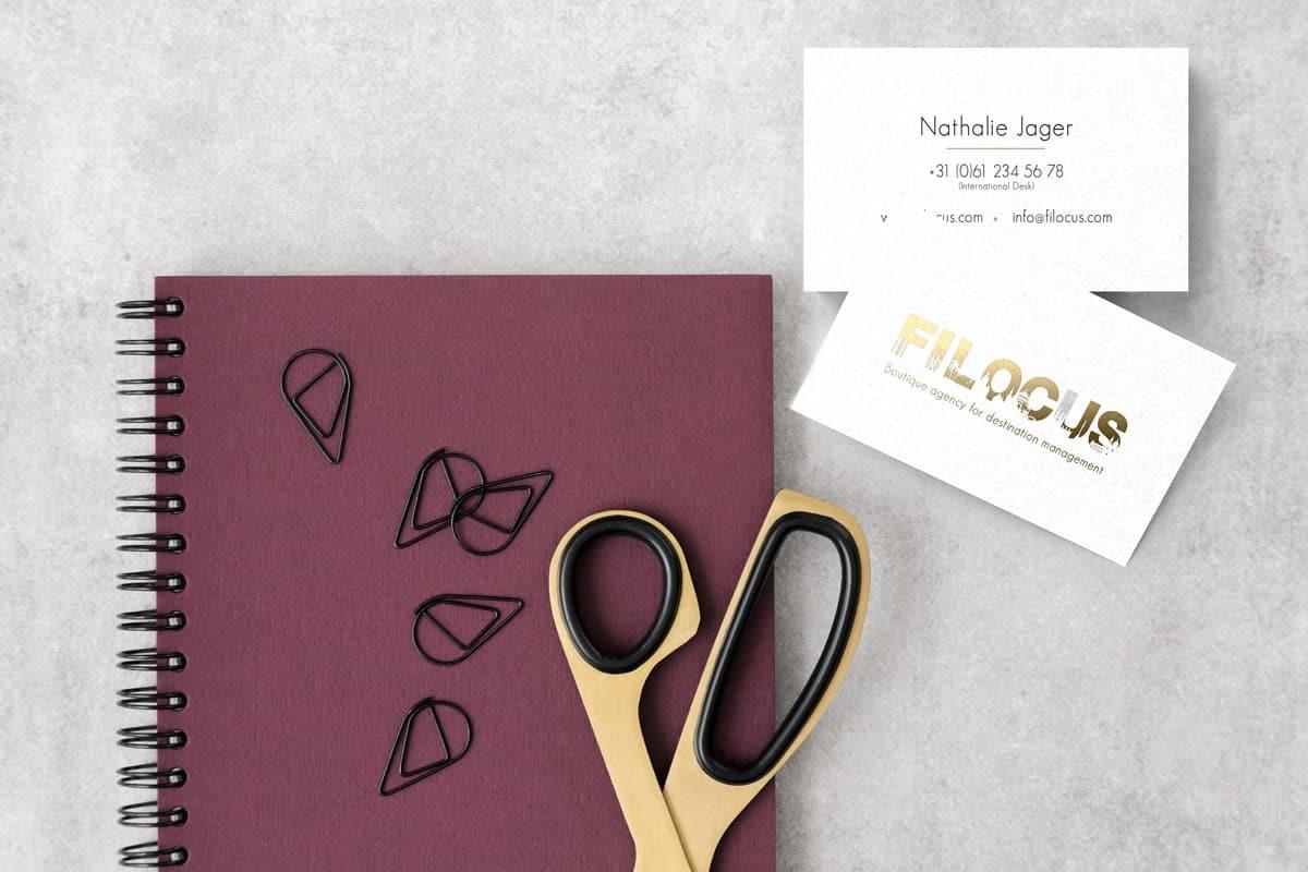 Ontwerp logo en visitekaartje met gouden opdruk voor reisagent