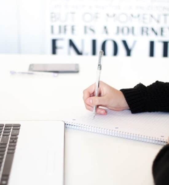 Copywriter helpt met het verzinnen of schrijven van teksten voor je website of social media